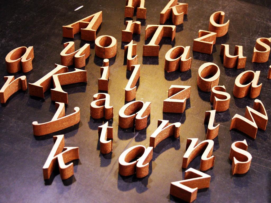 Litery przestrzenne wykonane ze styrodury i pomalowane