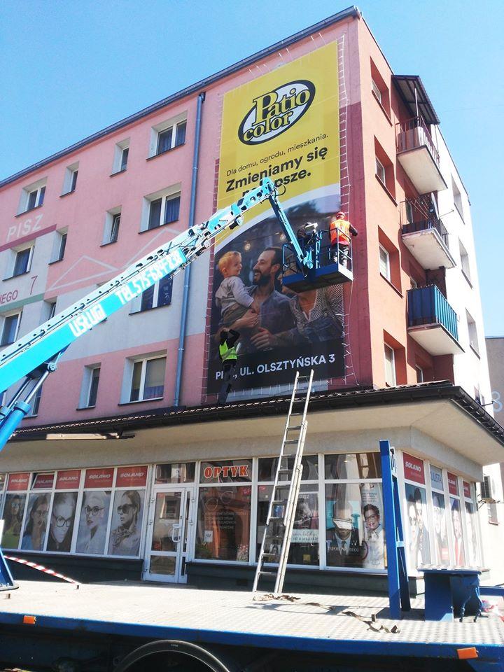 reklama wielkoformatowa na budynku